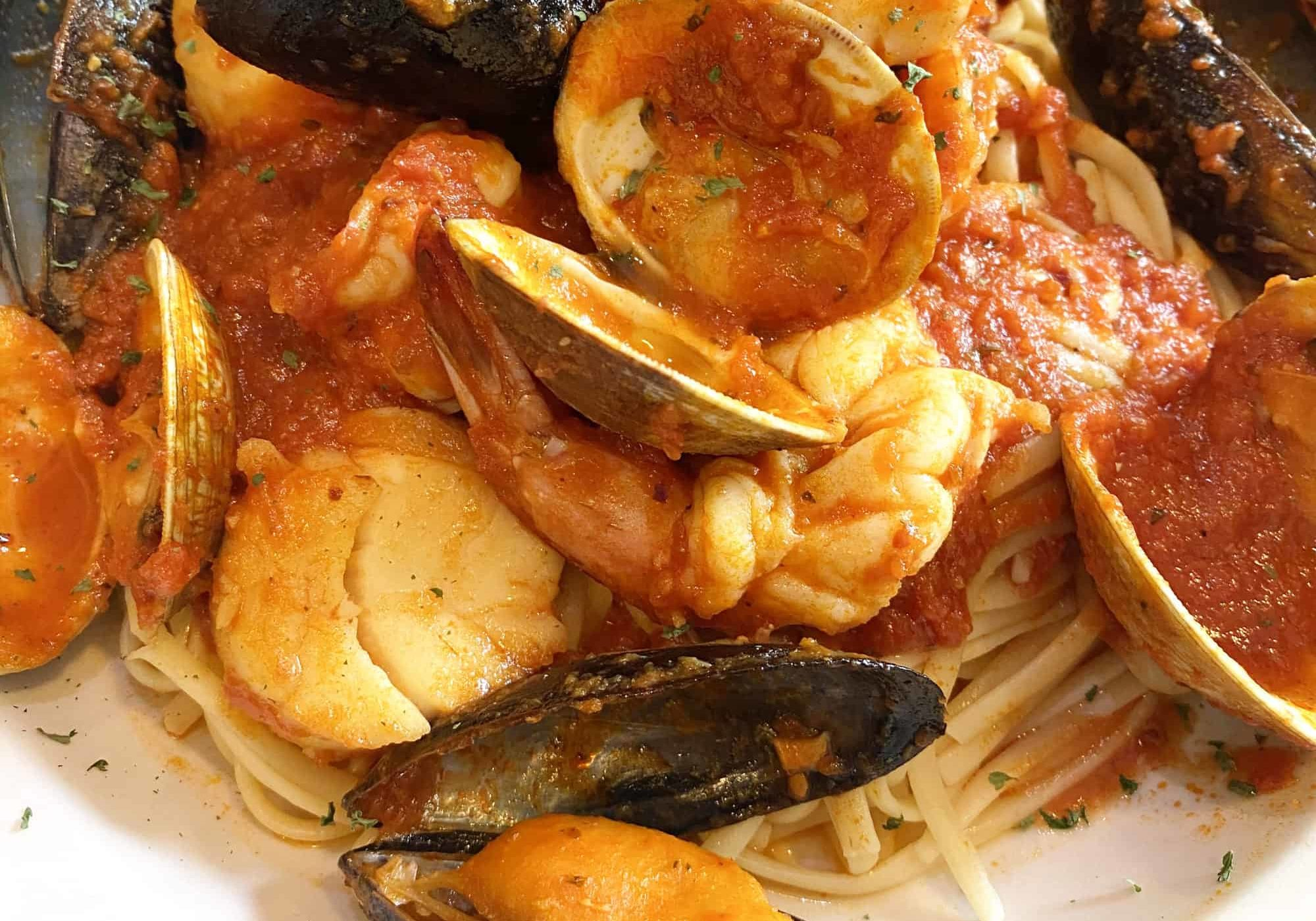 spaghetti and clams seafood dish